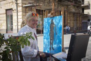 Artista Loredana Fogazza in piazza al lavoro