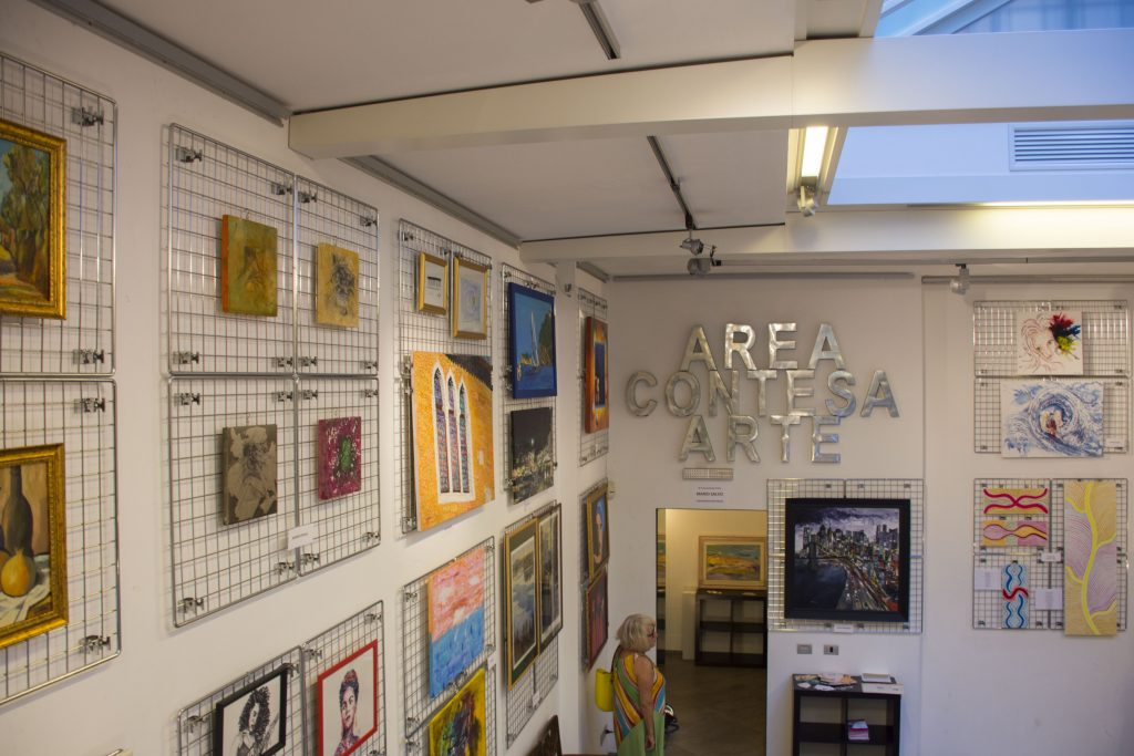 Mostra collettiva d'arte di pittori in via Margutta, a Roma