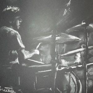Fabio alla batteria, 50x40 cm, pastello bianco su carta nera