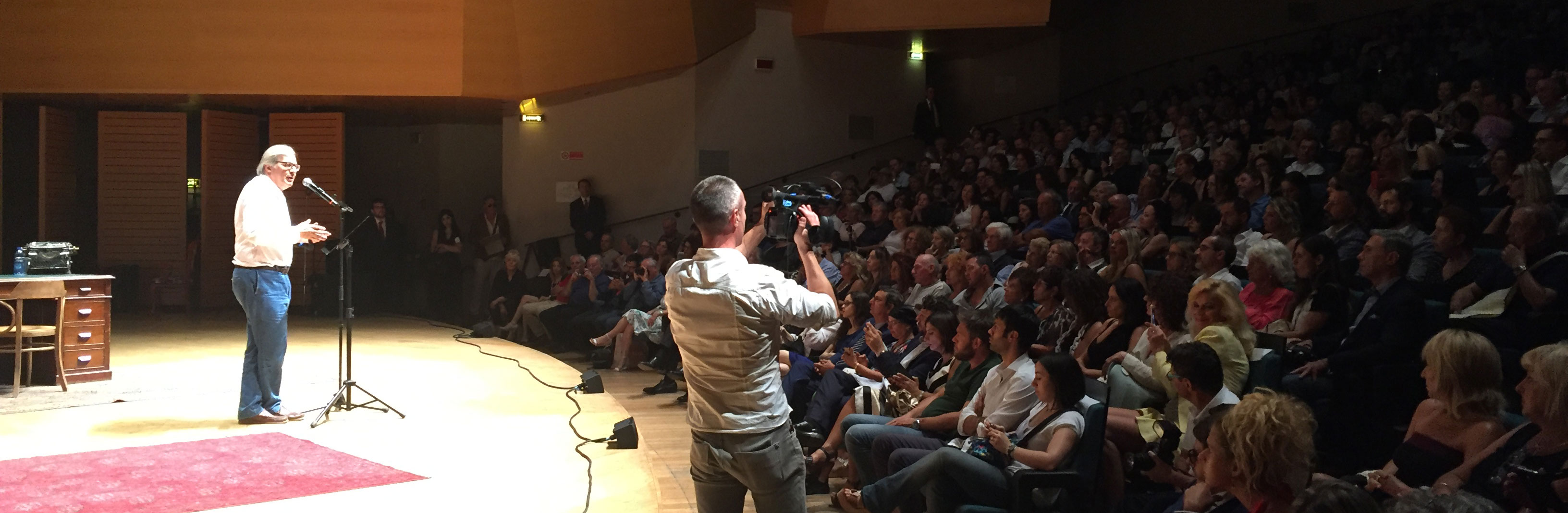Intervento di Vittorio Sgarbi alla platea di artisti