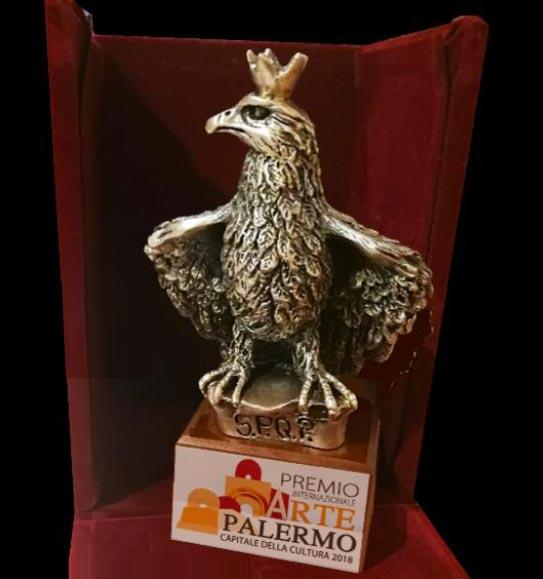 Tutti gli artisti ammessi al premio riceveranno un pregiato trofeo personalizzato raffigurante un'aquila, da secoli simbolo della città di Palermo